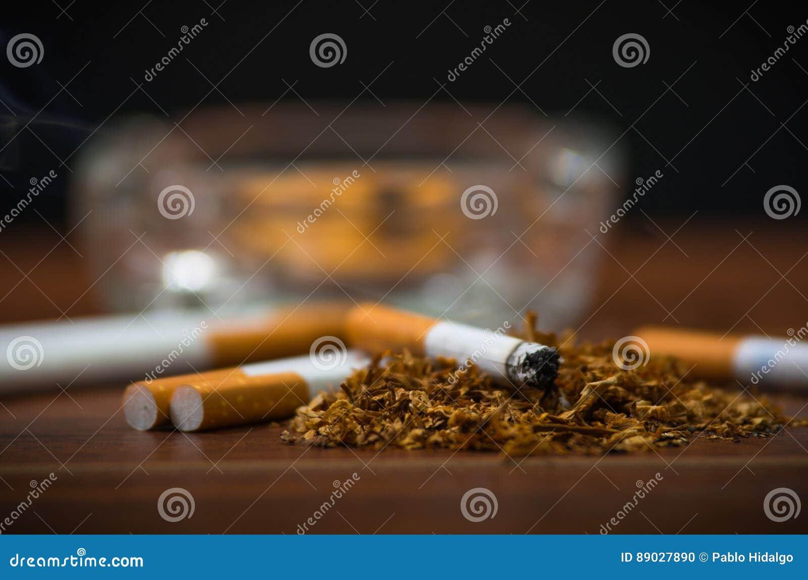 cigarettes et tabac de plan rapproché se trouvant à l'intérieur et