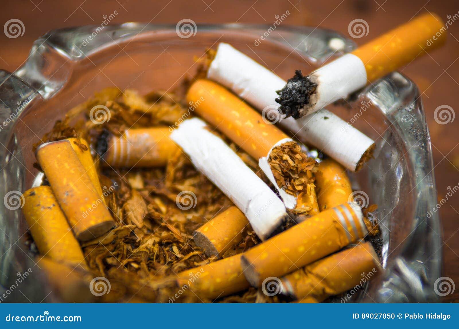 cigarettes et tabac se trouvant à l'intérieur et autour du plateau