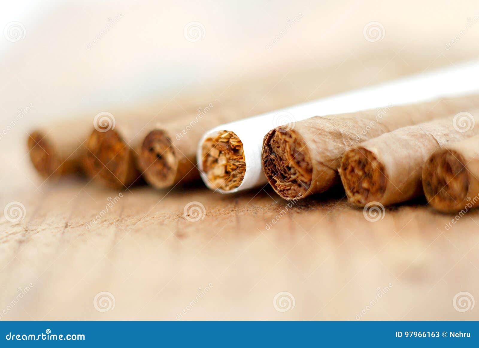 Cigarillo à un arrière-plan en bois