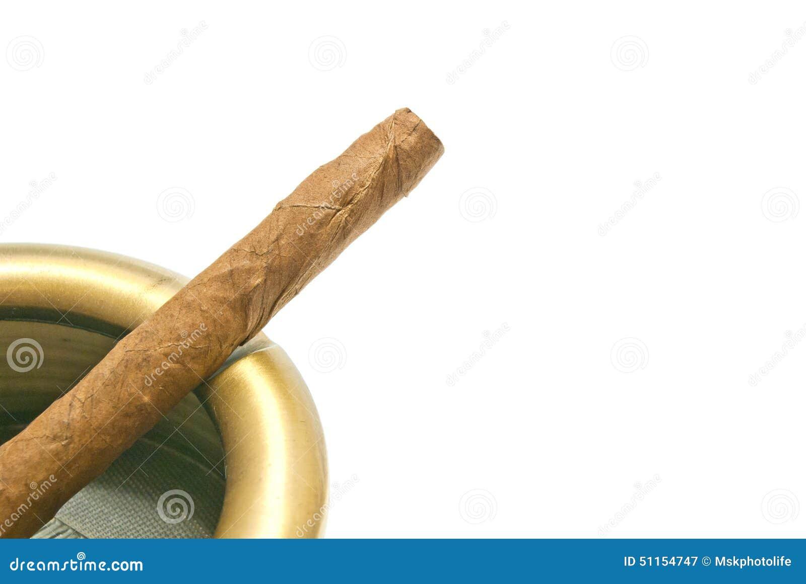 Cigarillo dans le cendrier en métal