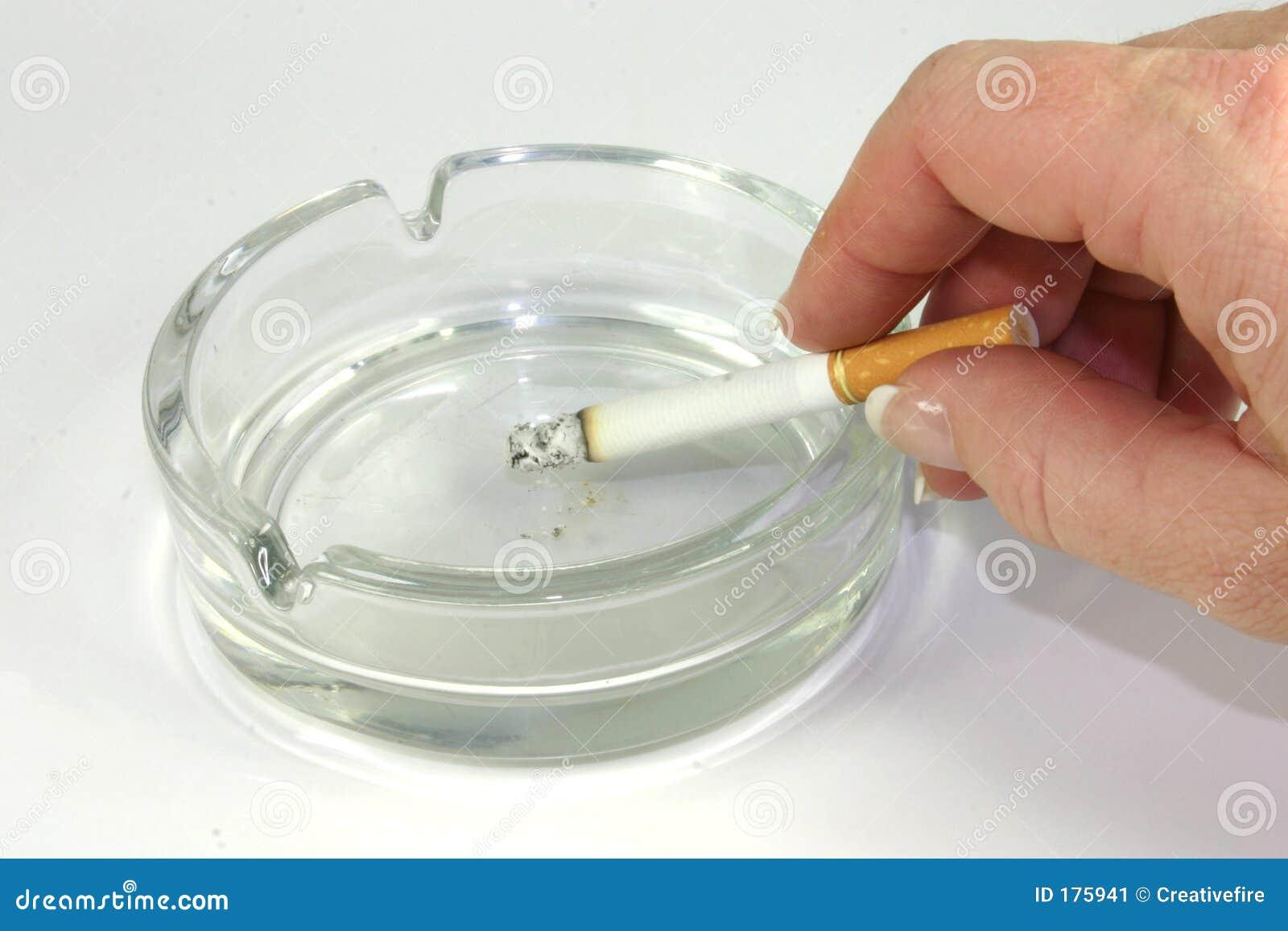 Cigarrillo en cenicero