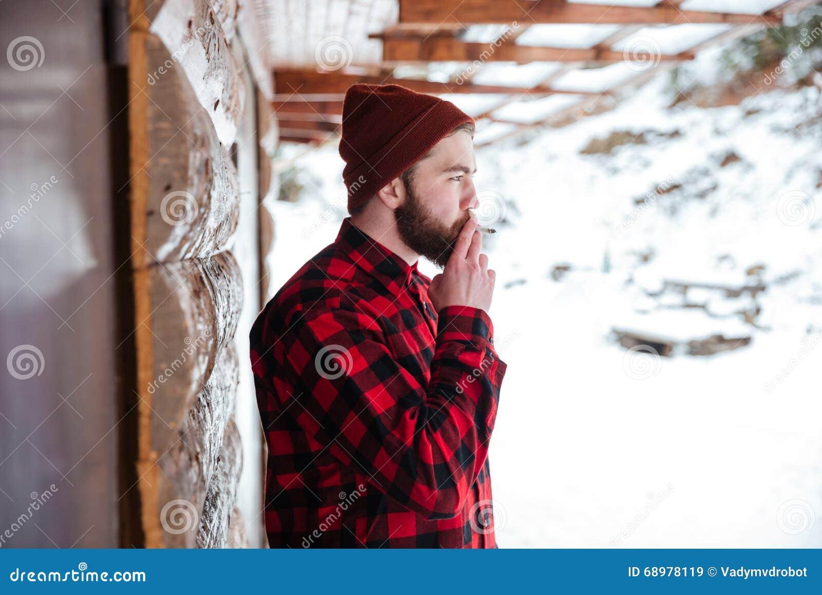Cigarrillo que fuma del hombre al aire libre