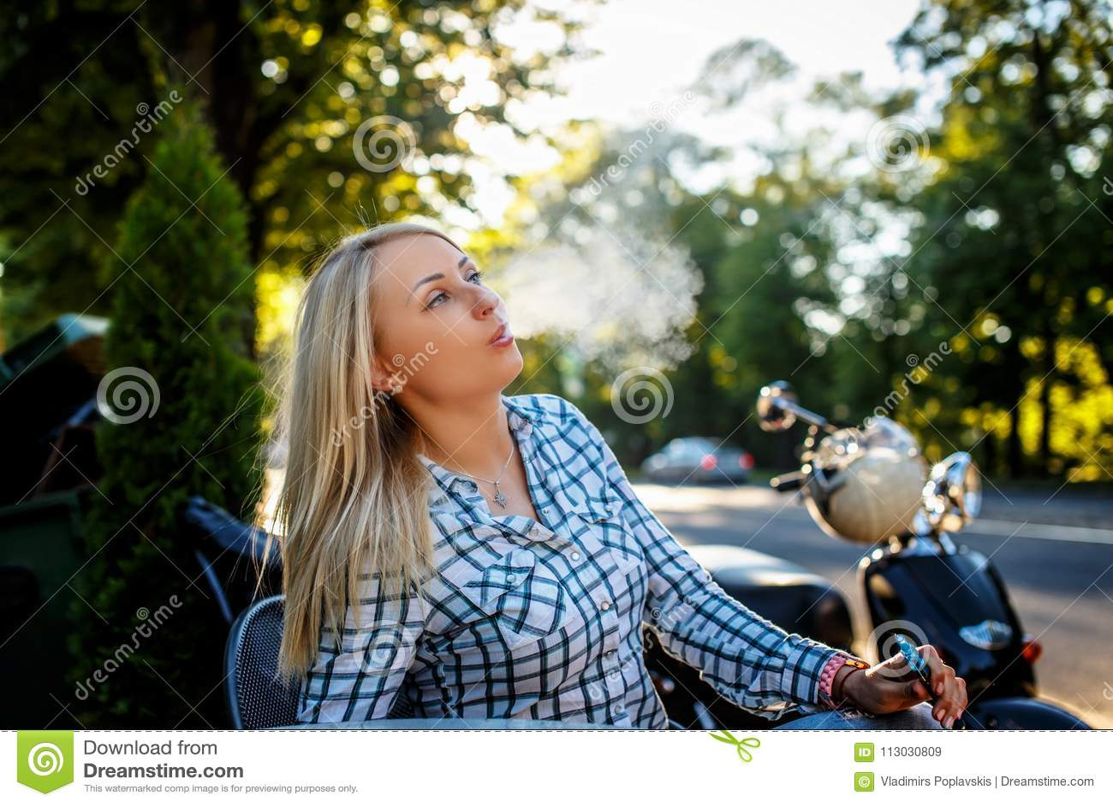 Cigarrillo que fuma femenino rubio