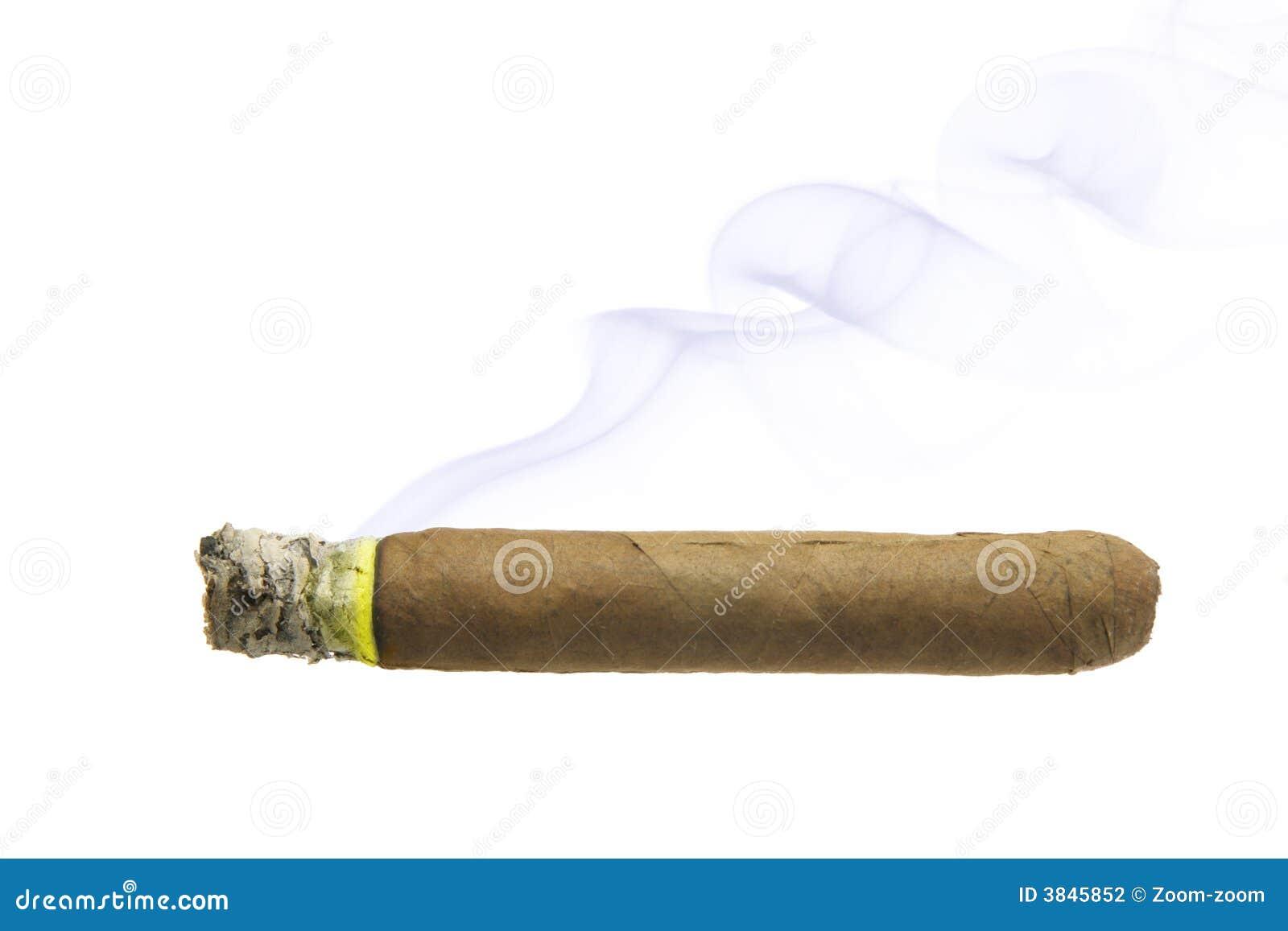 Cigarro con el humo aislado