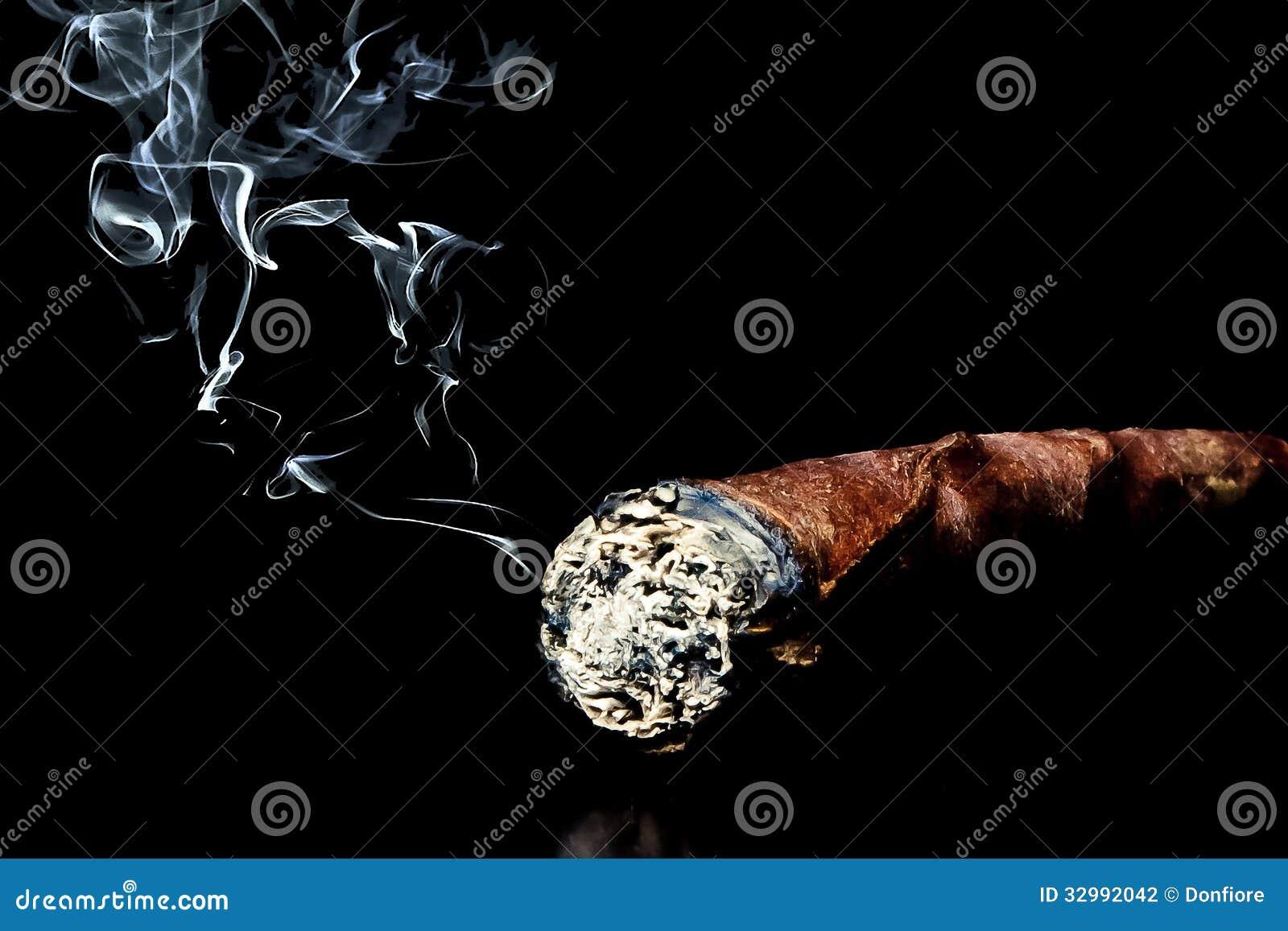 Cigarro con humo con el espacio para el texto