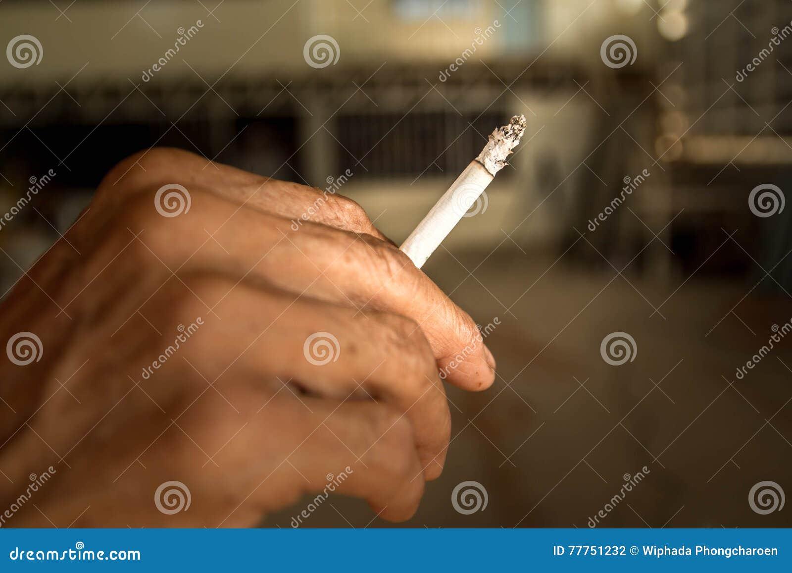 Cigarro na mão velha