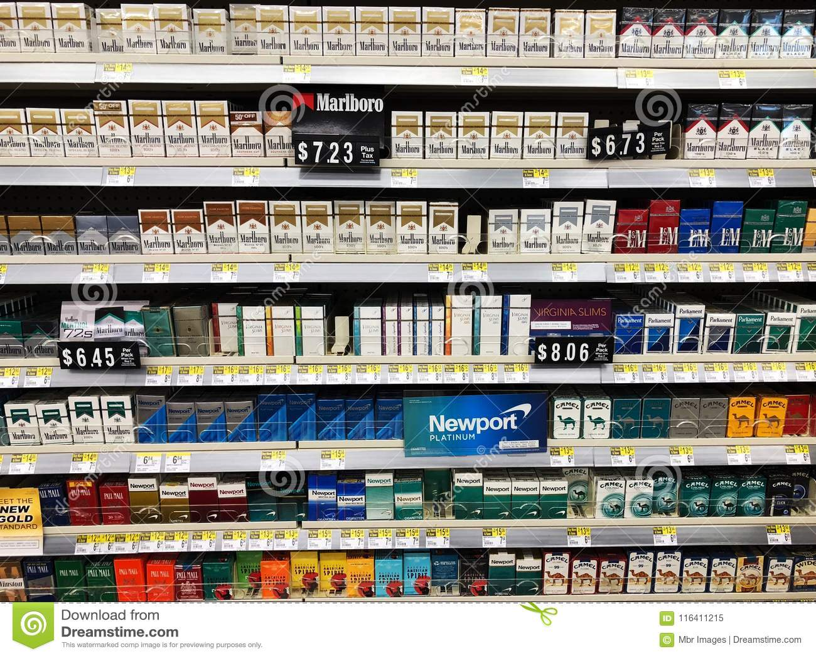 Cigarros na exposição para a venda