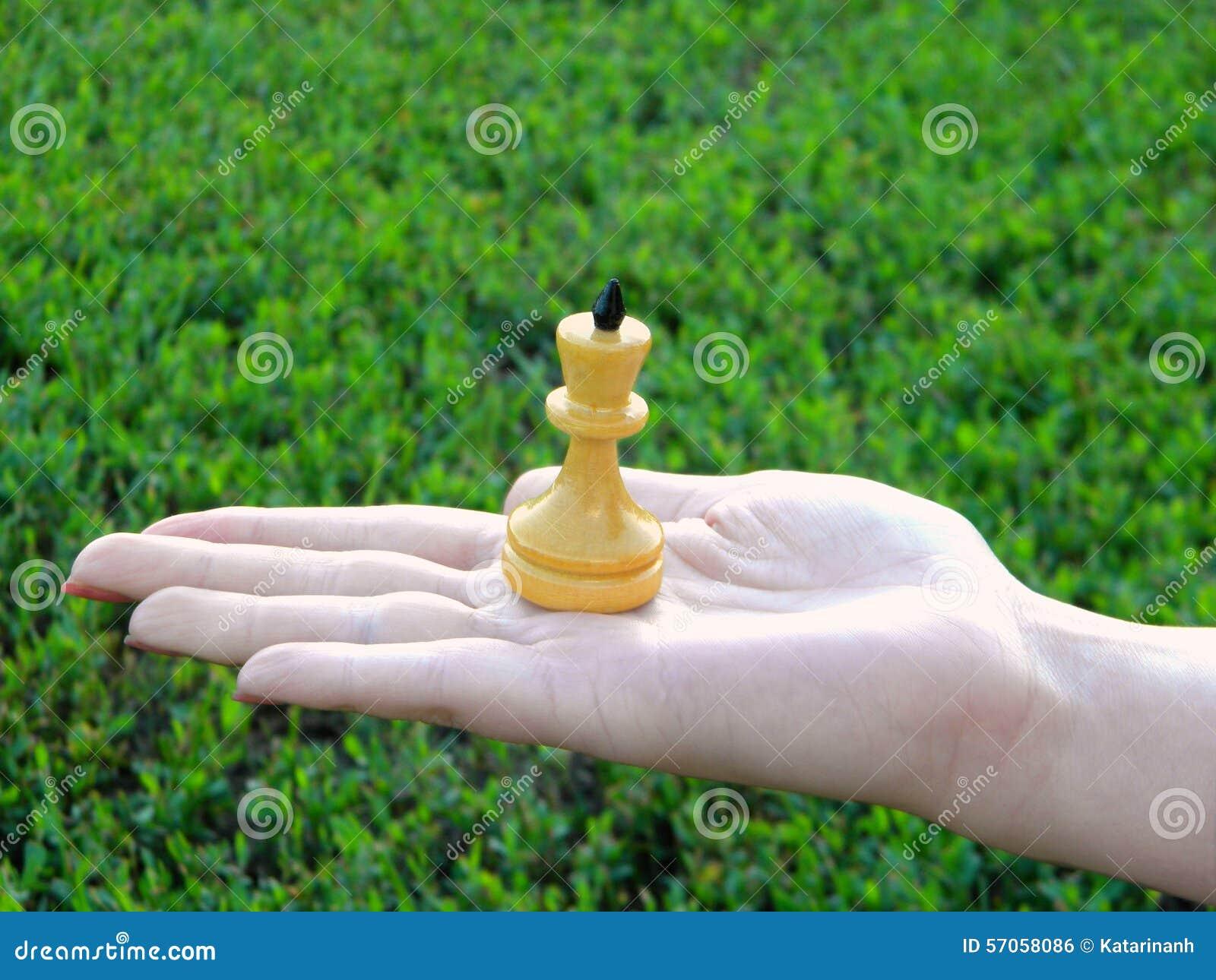 Cijfer van een schaakkoning op een vrouwelijke hand