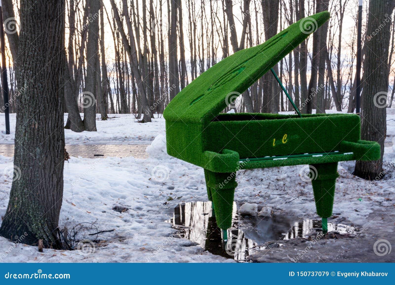 Cijfers van het gras Piano met groen gras in een vulklei wordt behandeld die