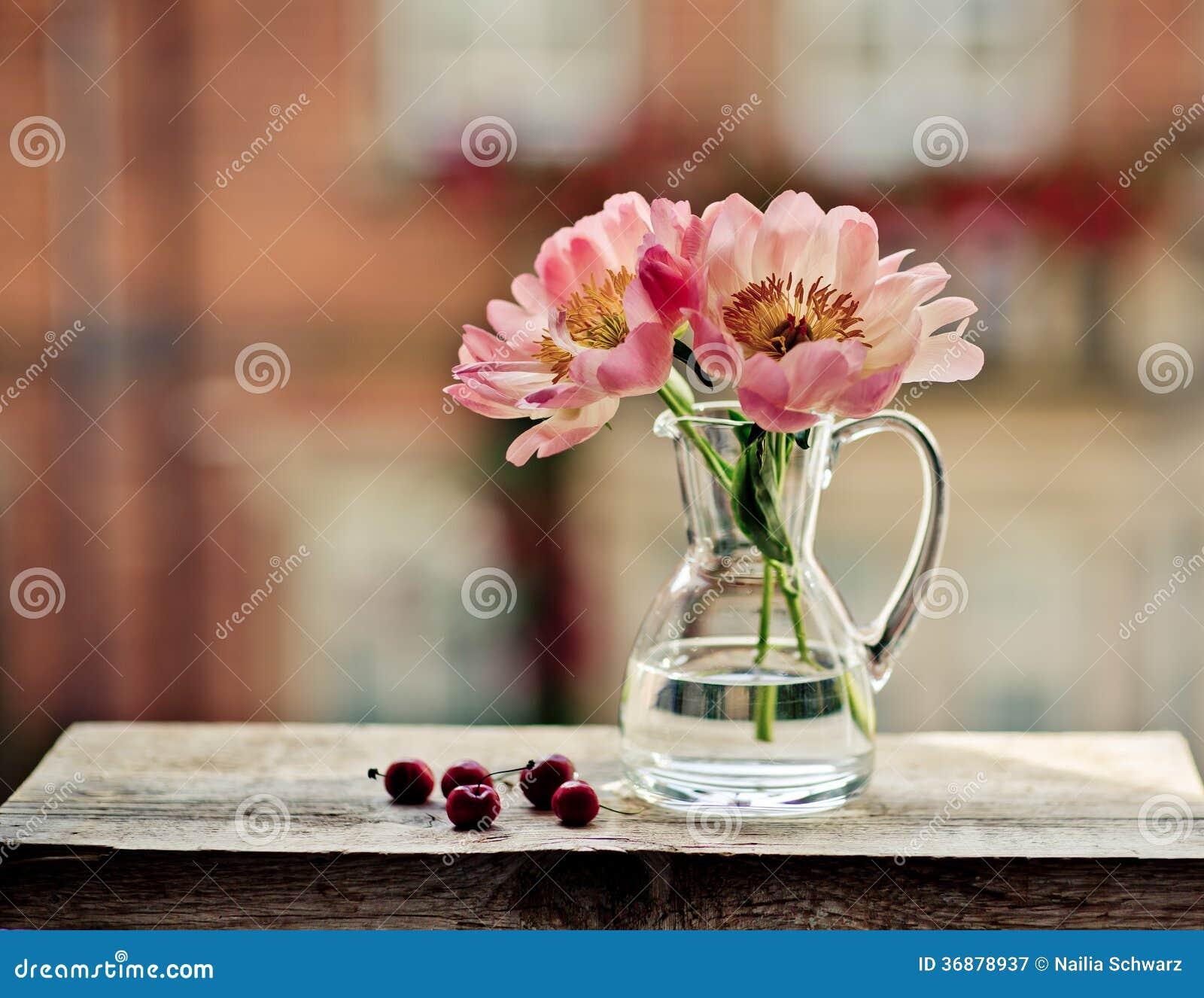 Download Ciliege e tulipani immagine stock. Immagine di vase, pink - 36878937