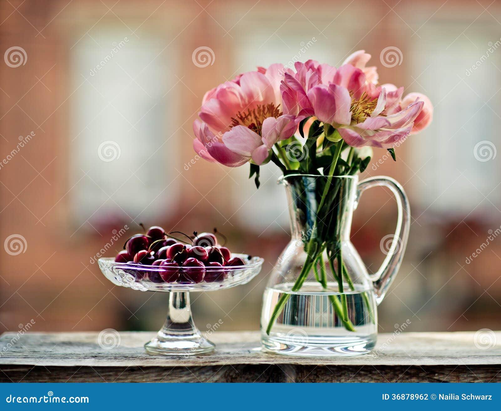 Download Ciliege e tulipani fotografia stock. Immagine di pastello - 36878962