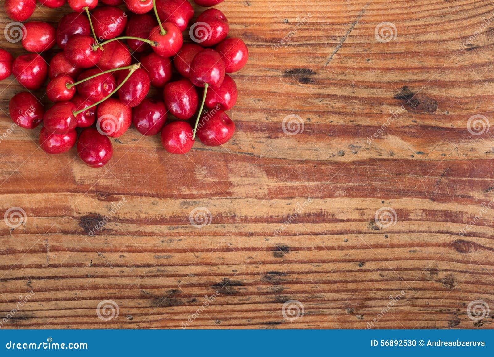 Ciliege nostrane organiche su fondo di legno