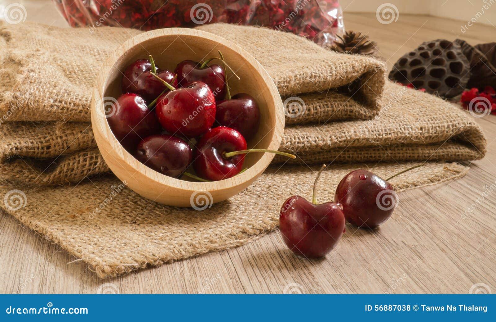 Ciliege rosse fresche sulla tabella di legno