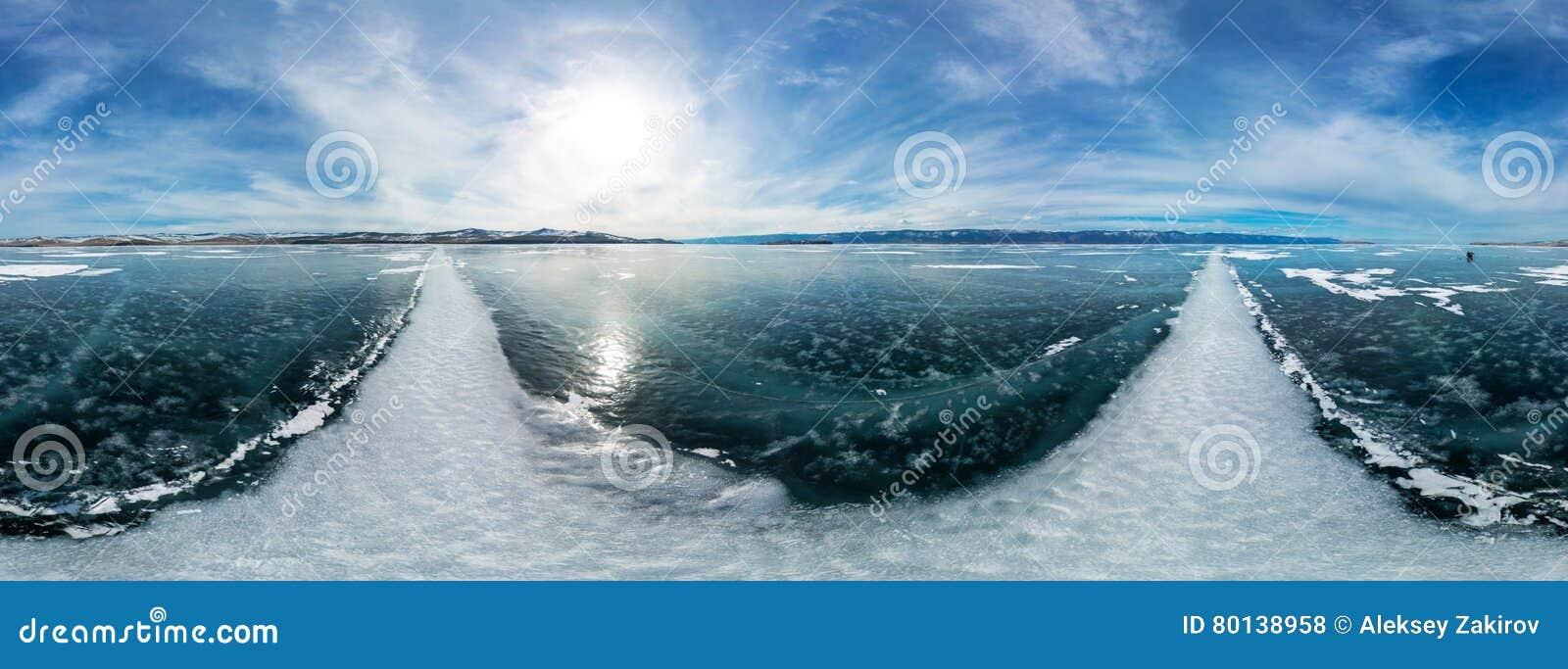 Cilindrisch panorama 360 grote witte barsten op het ijs van Meer B