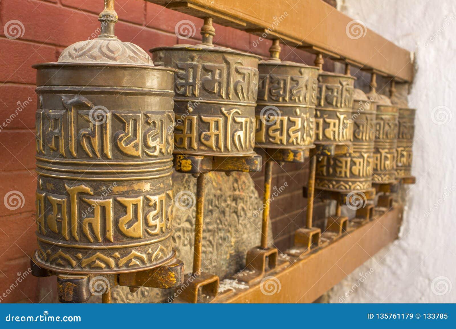 Cilindros de gerencio budistas tibetanos da oração com mantras