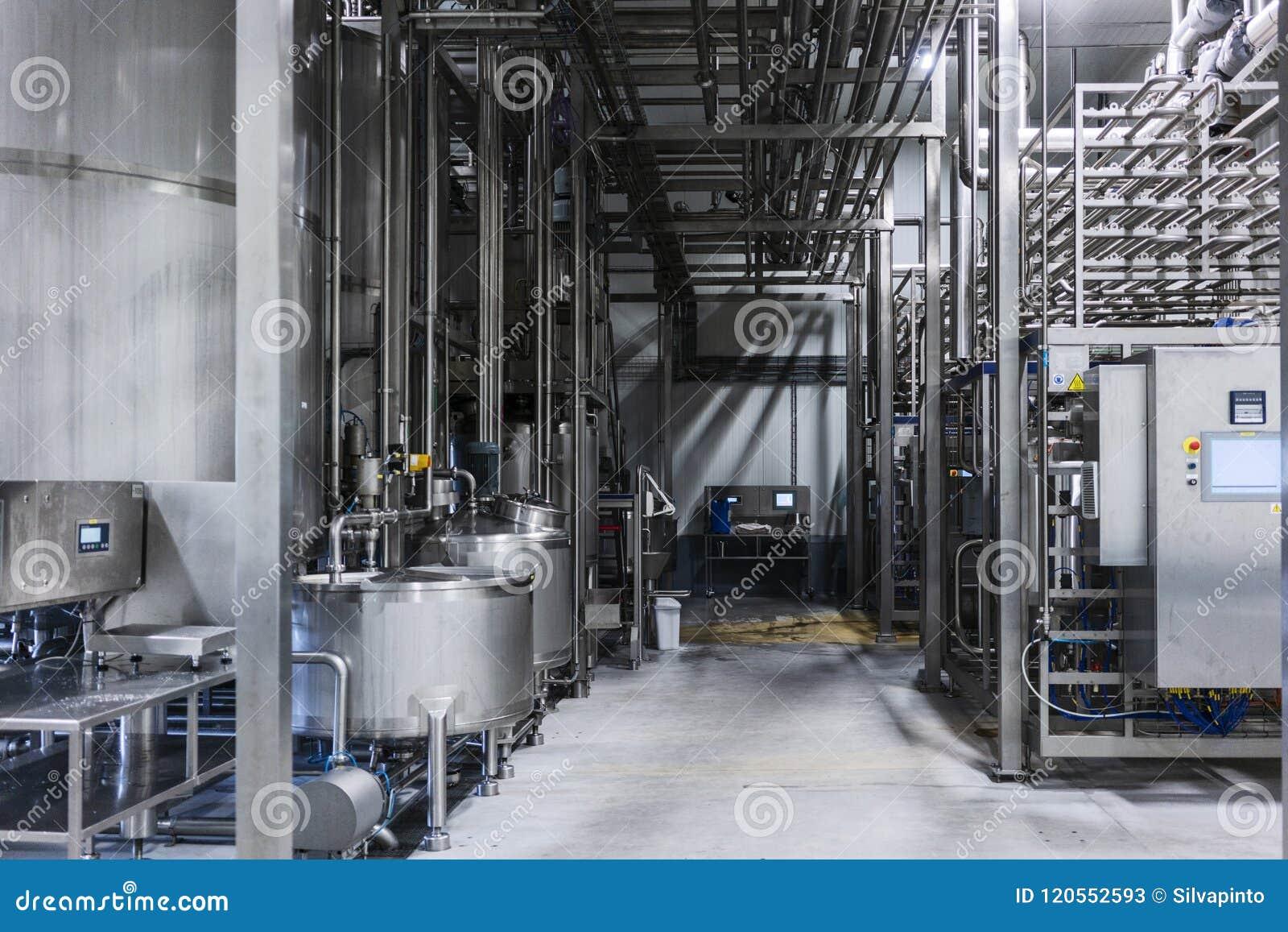 Cilindros na fábrica da bebida Fotografia industrial