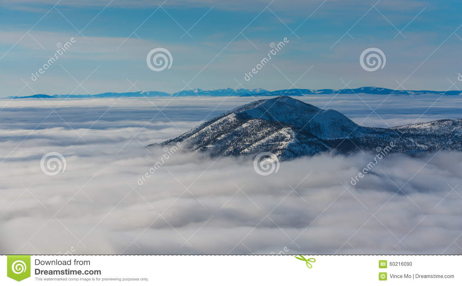 Cima della montagna che colpisce su attraverso le nuvole
