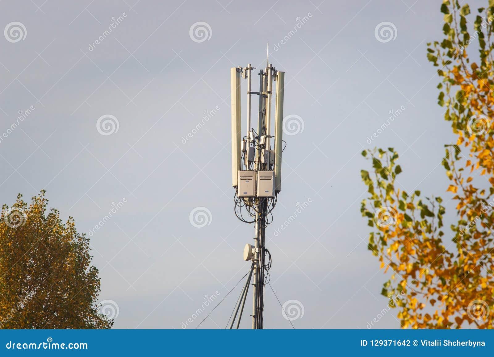 Cima Di Una Torre Radiofonica Cellulare Antenna Contro Lo Sfondo