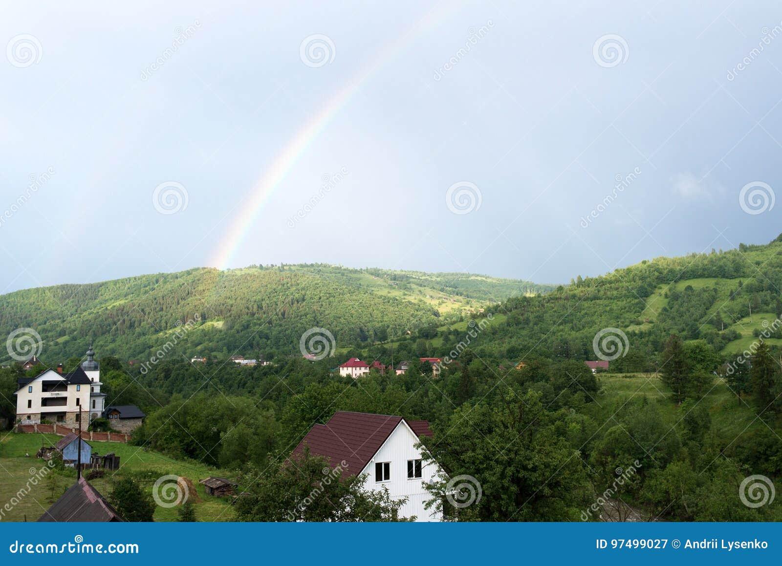 In cima l arcobaleno è visibile