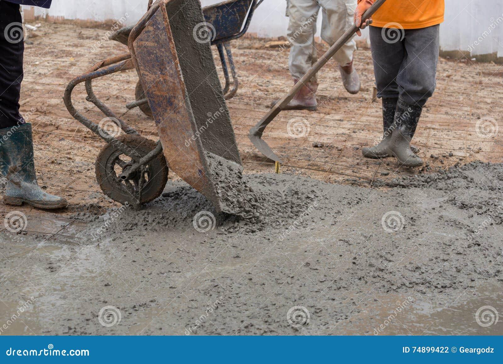 Cimento de derramamento do trabalhador do carro a pavimentar
