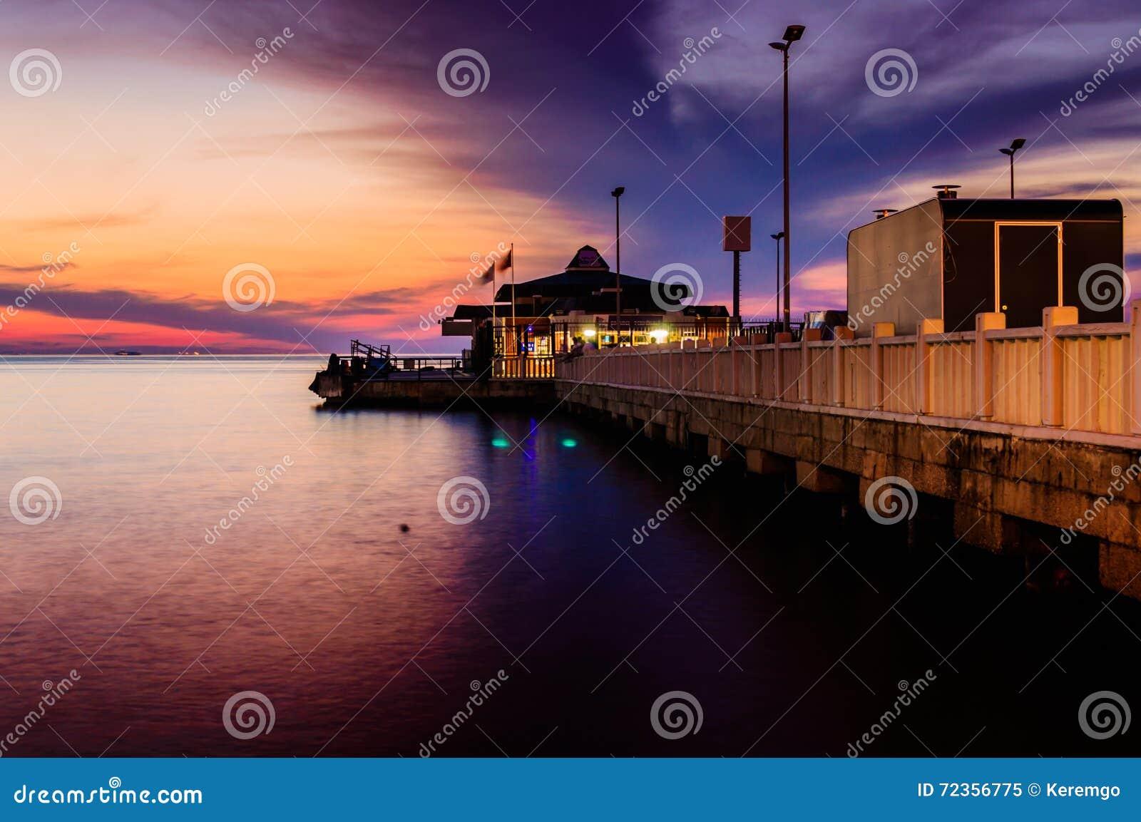 Cinarcik镇轮渡口岸在晚上