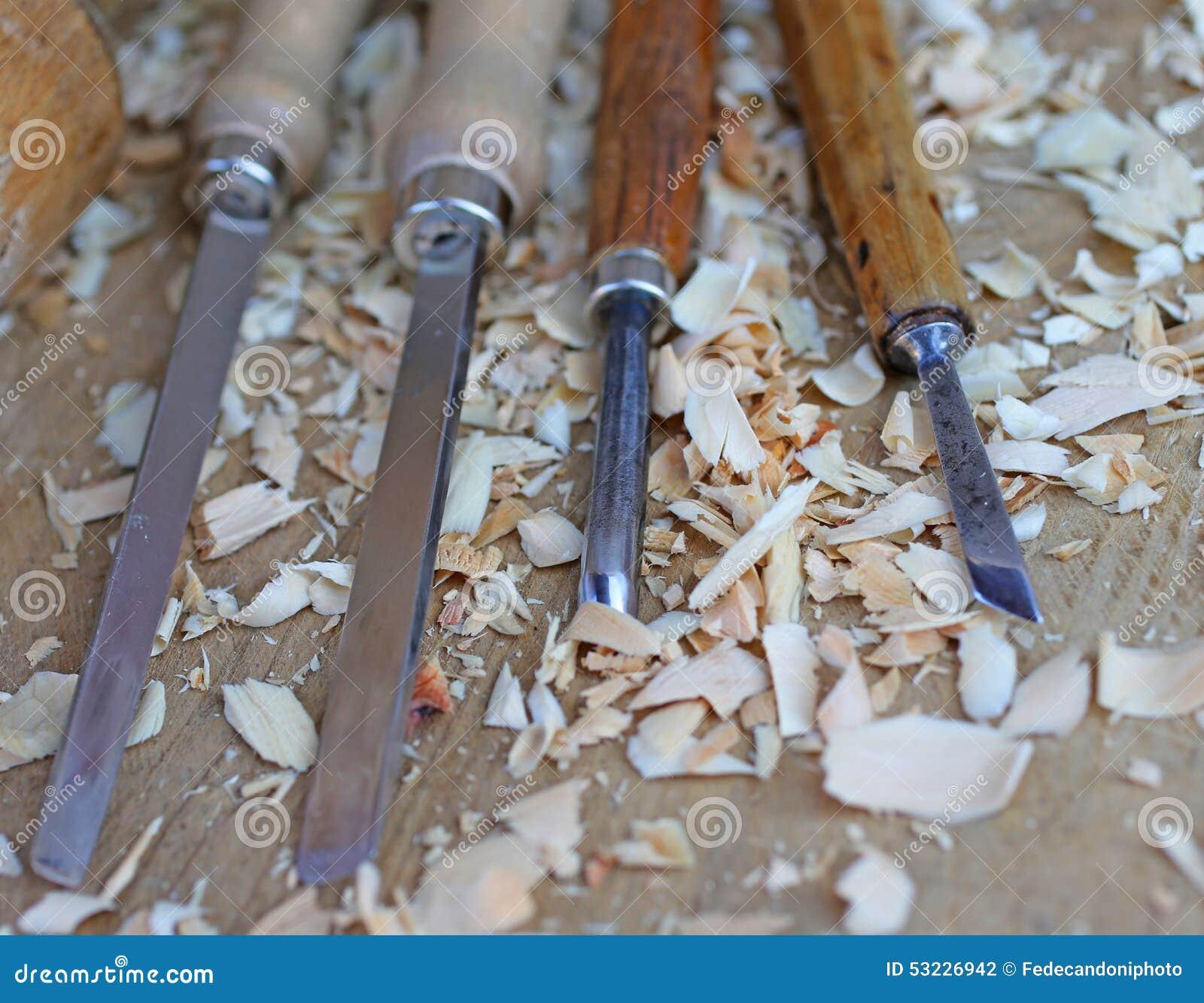 Cinceles con los pedazos de madera después de procesar