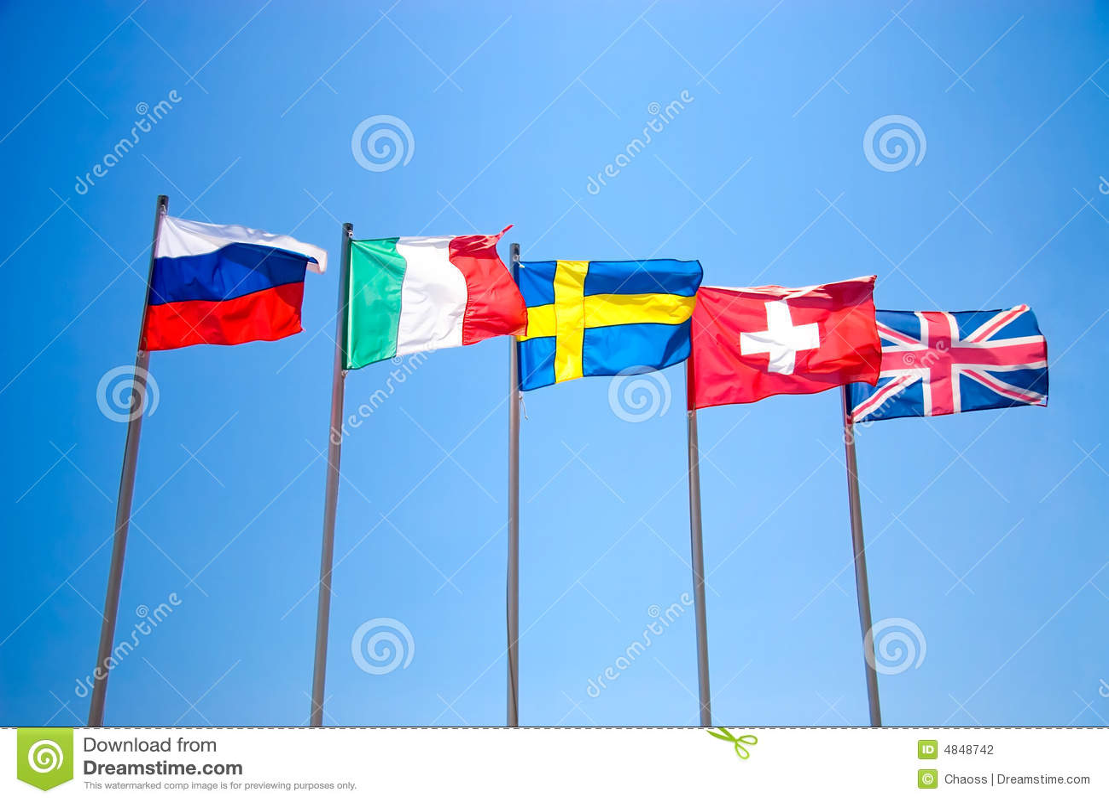 Cinco bandeiras nacionais no céu azul