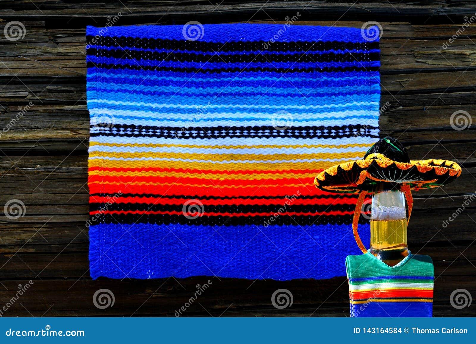 Cinco de马约角墨西哥毯子和啤酒瓶阔边帽