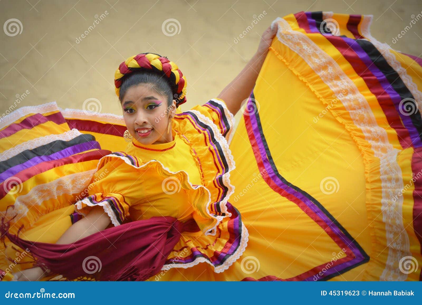 Cinco de Mayo Dancing Girl en vestido amarillo