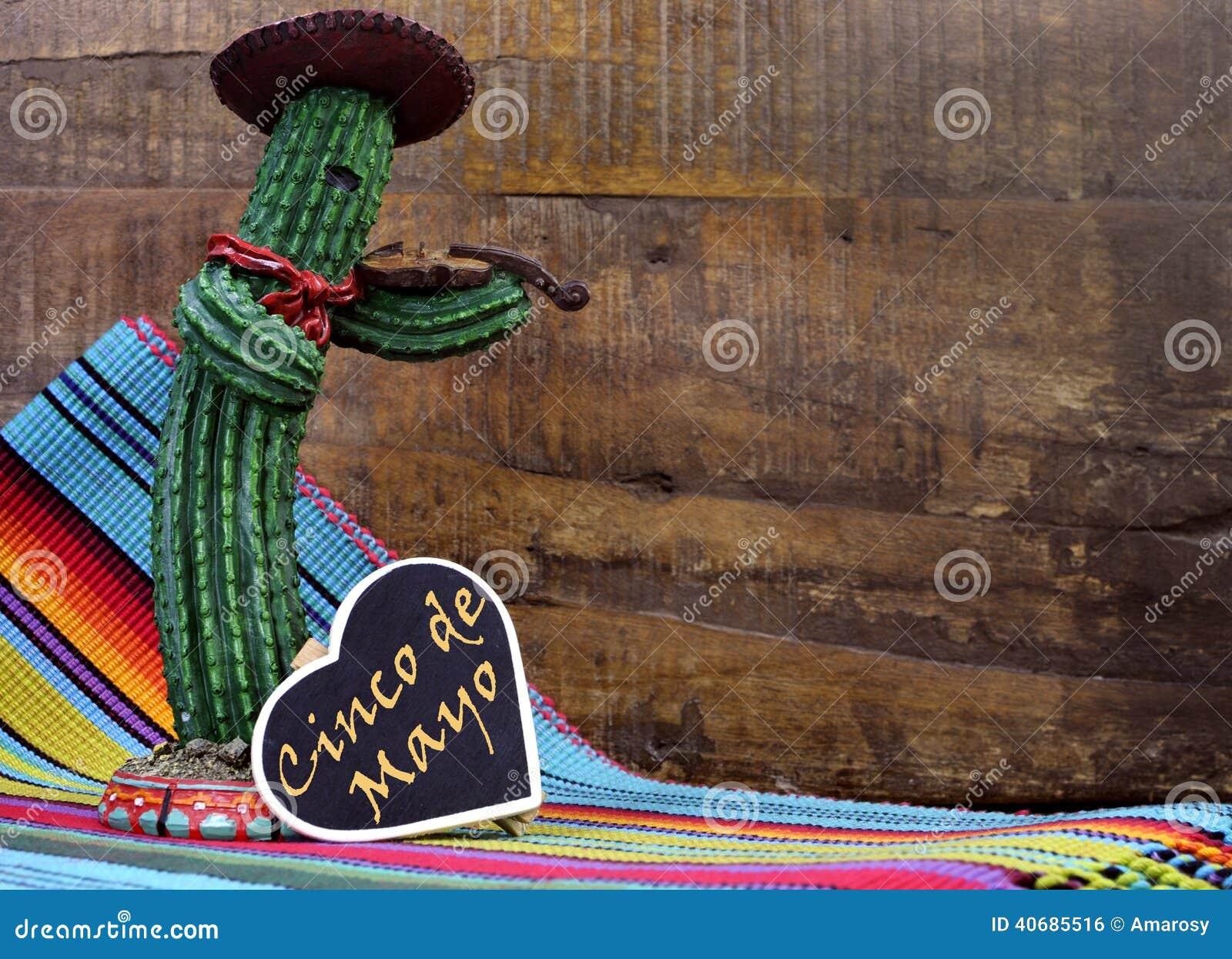 Cinco de Mayo feliz, el 5 de mayo, celebración del partido con con el cactus mexicano de la diversión y muestra de la pizarra