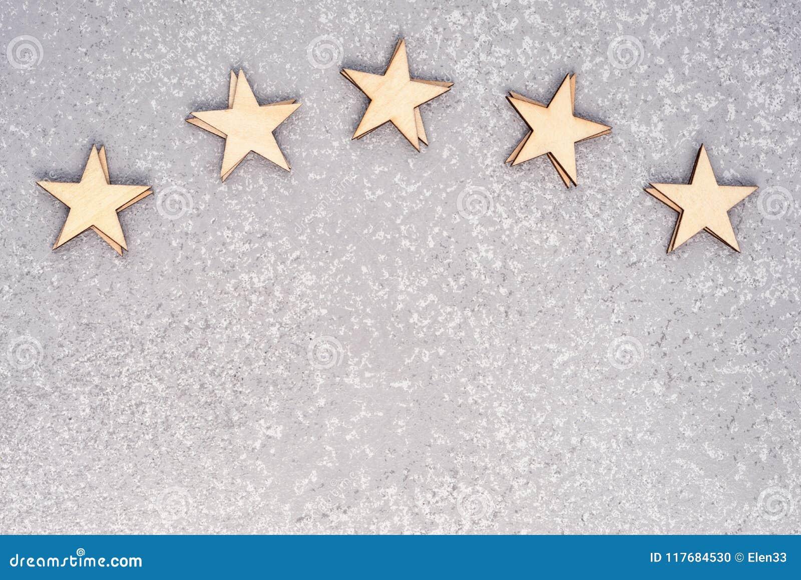Cinco estrellas de madera