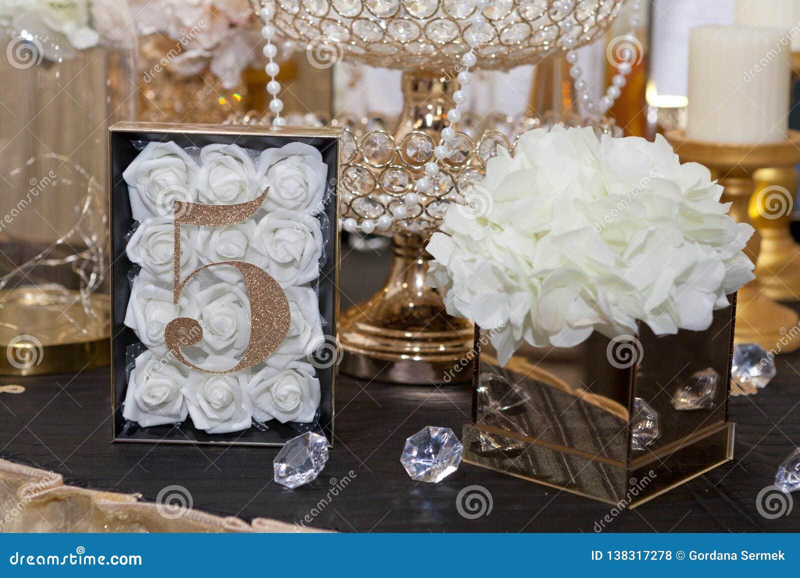 Cinco na tabela para convidados no jantar de casamento