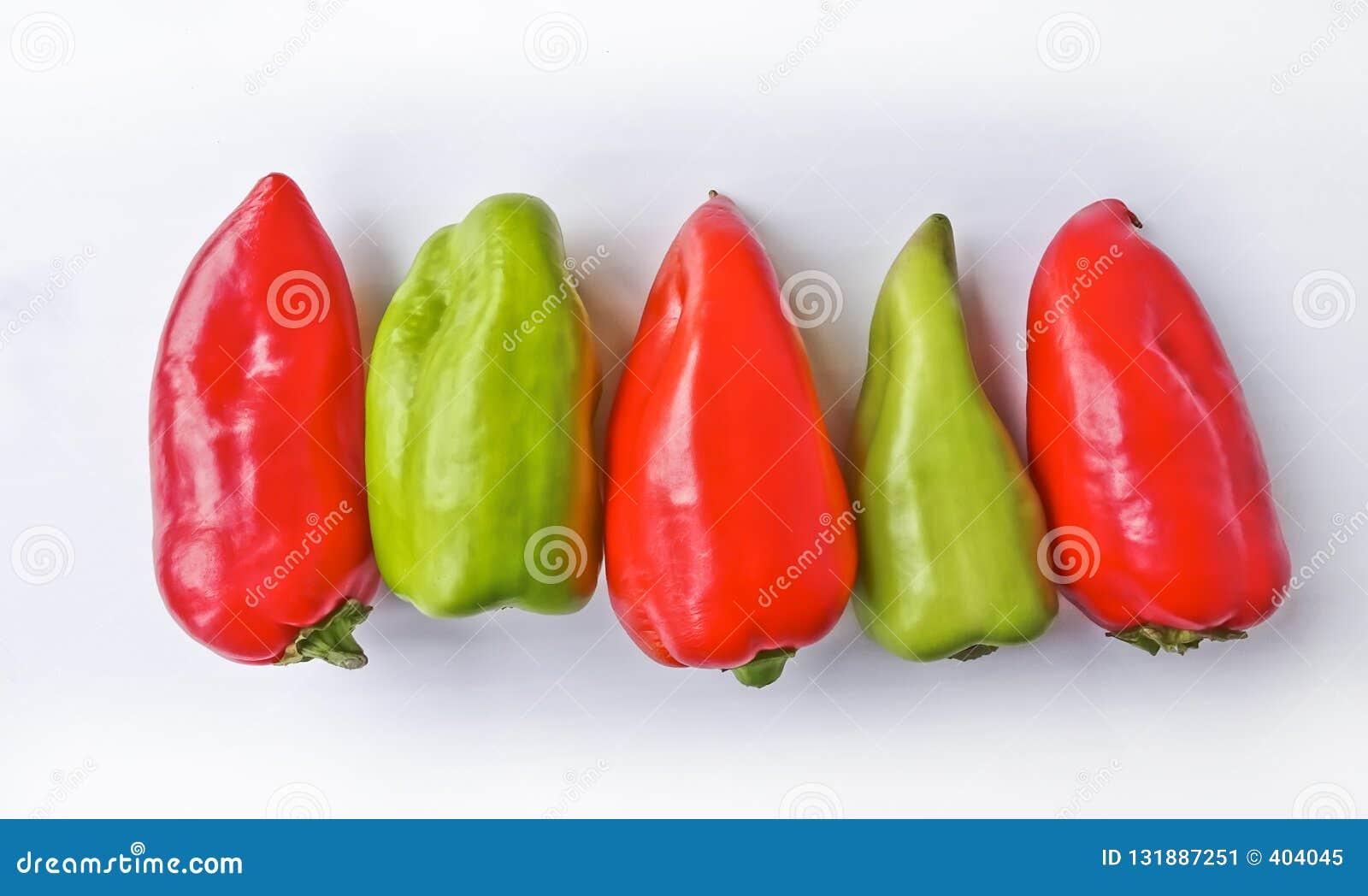 Cinco paprikas multicolores aislaron