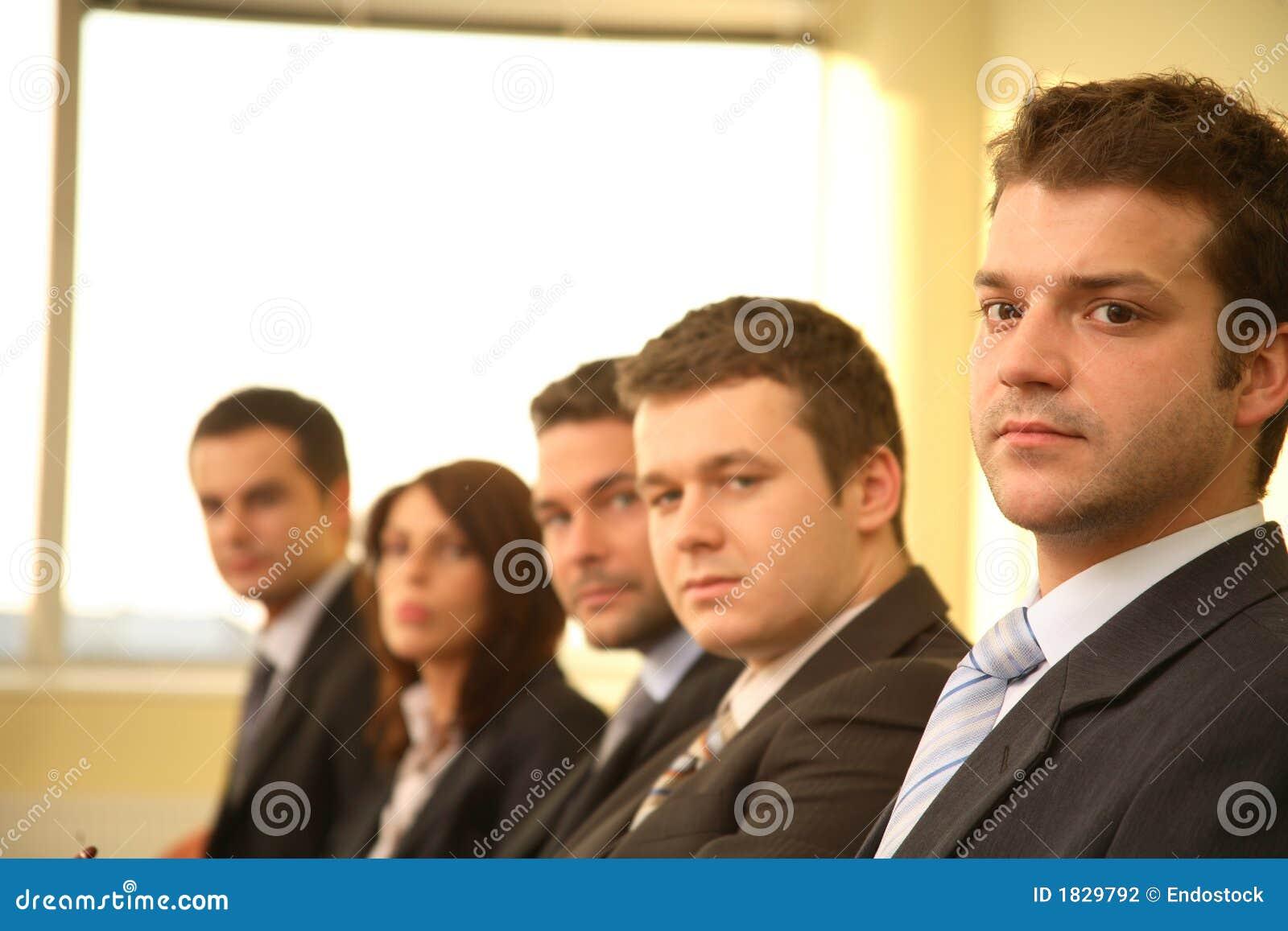 Cinco personas en una conferencia, retrato del asunto