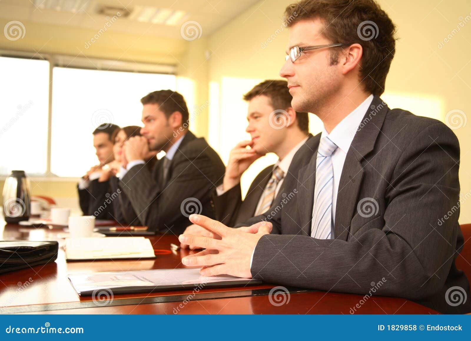 Cinco pessoas em uma conferência