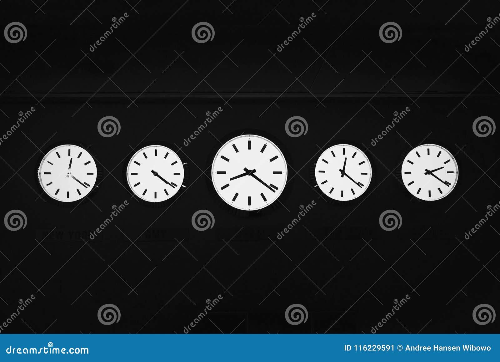 Cinco relojes de momentos diferentes