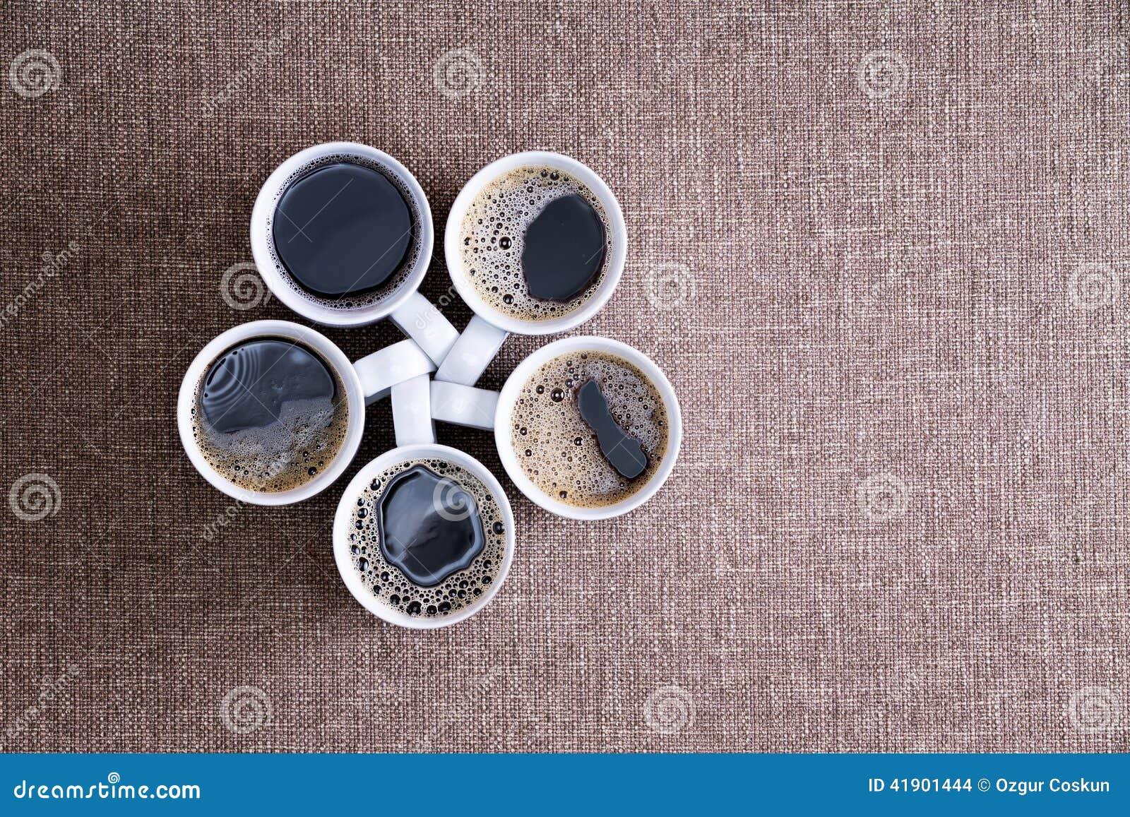 Cinco tazas por completo de café sólo listo para ser servido