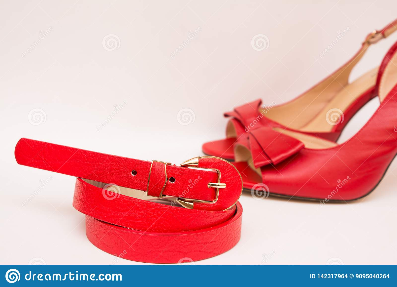 Cinghia di cuoio e scarpe rosse