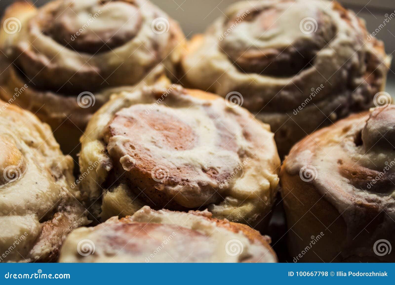 Cinnabon滚动与乳脂干酪釉在板材