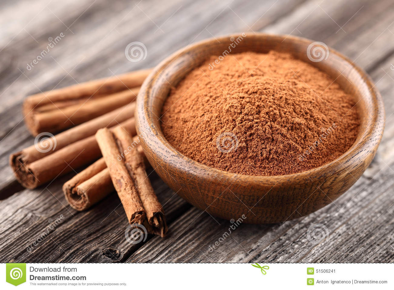 Cinnamon powder with sticks