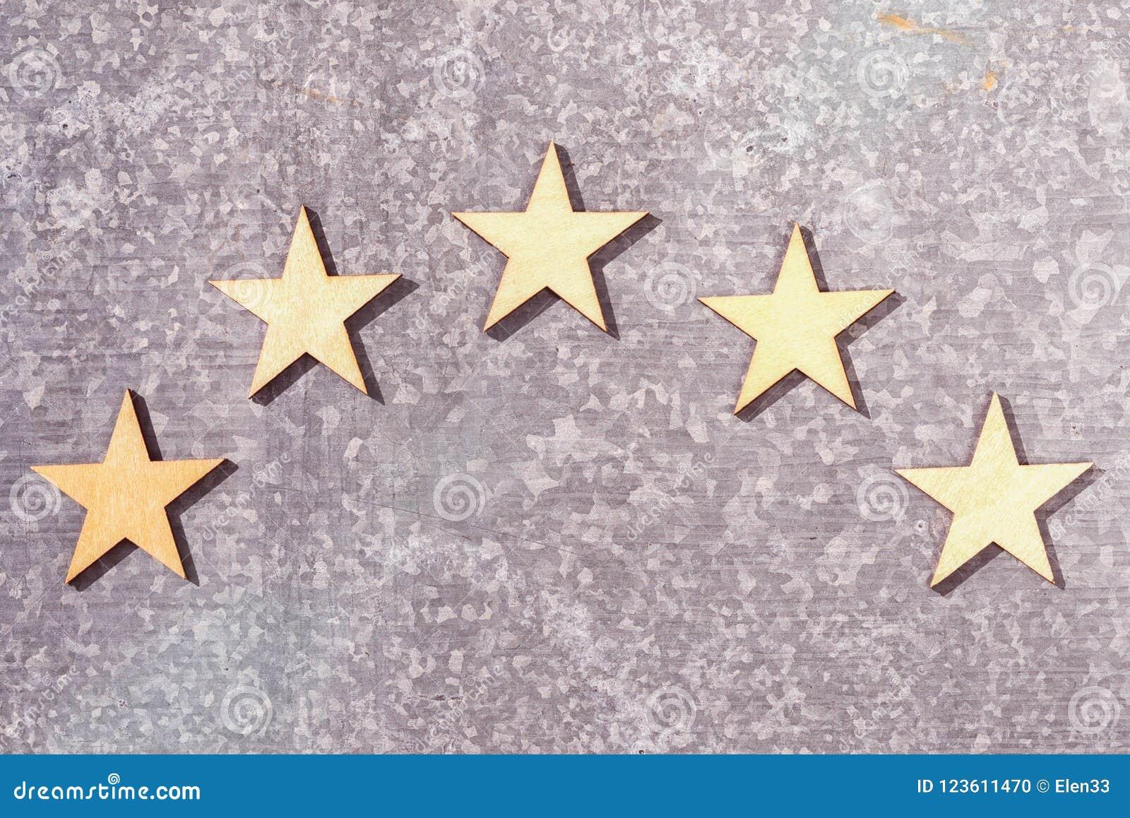 Cinq étoiles en bois sur un fond de fer-blanc