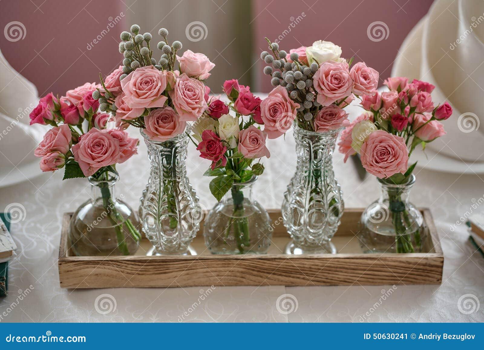 Cinq Bouquets Des Roses Sur Une Table De F Te De Mariage Dans Le Restaur Photo Stock Image