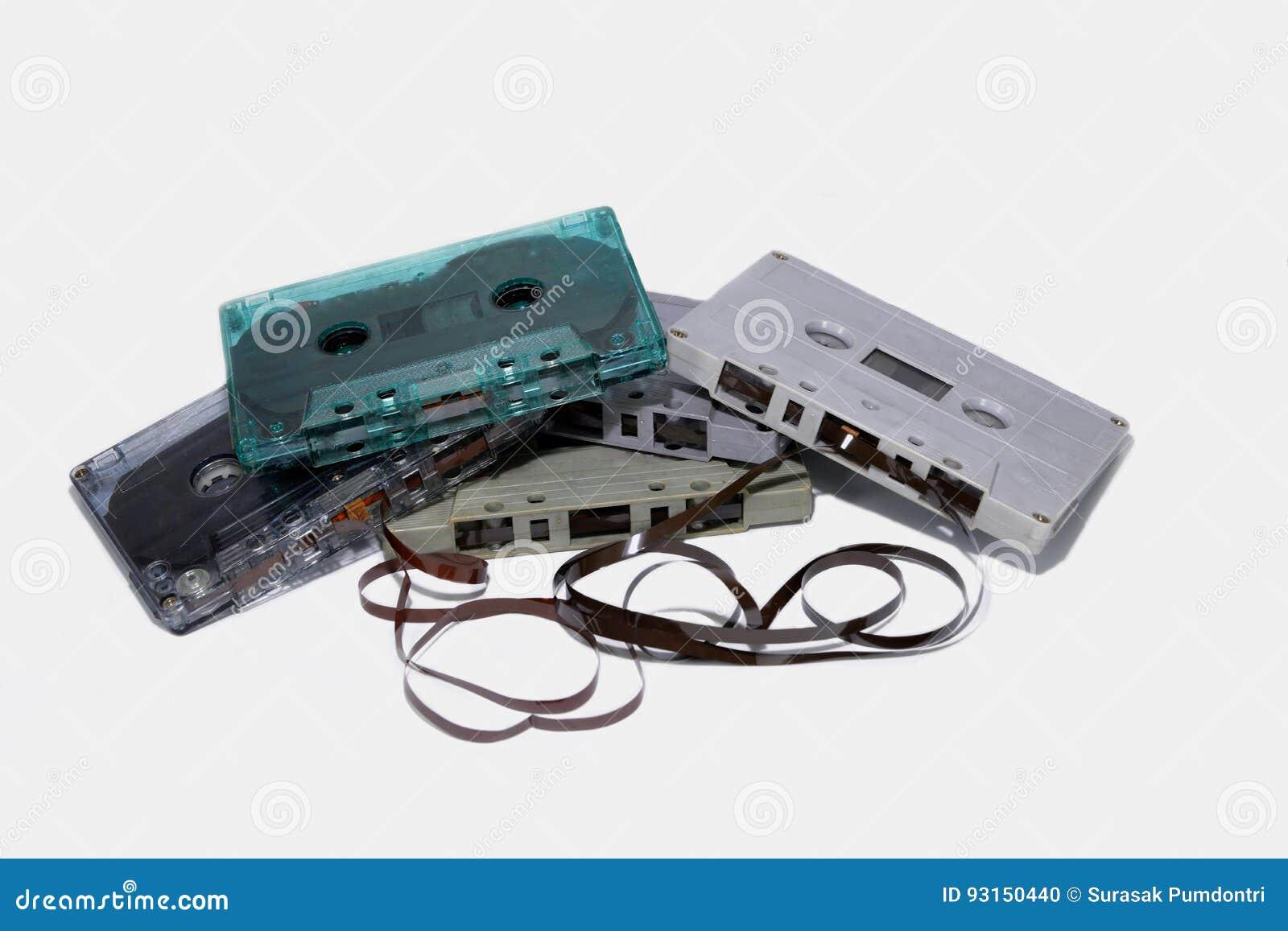Cinq cassettes sont empilées ont isolé
