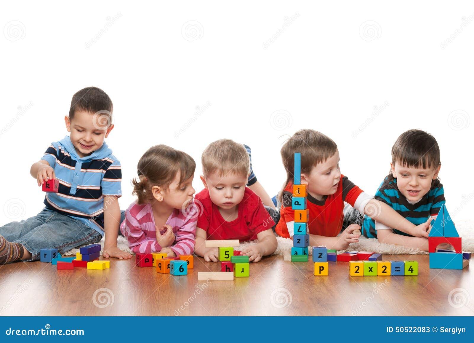 Cinq enfants dans le jardin d enfants