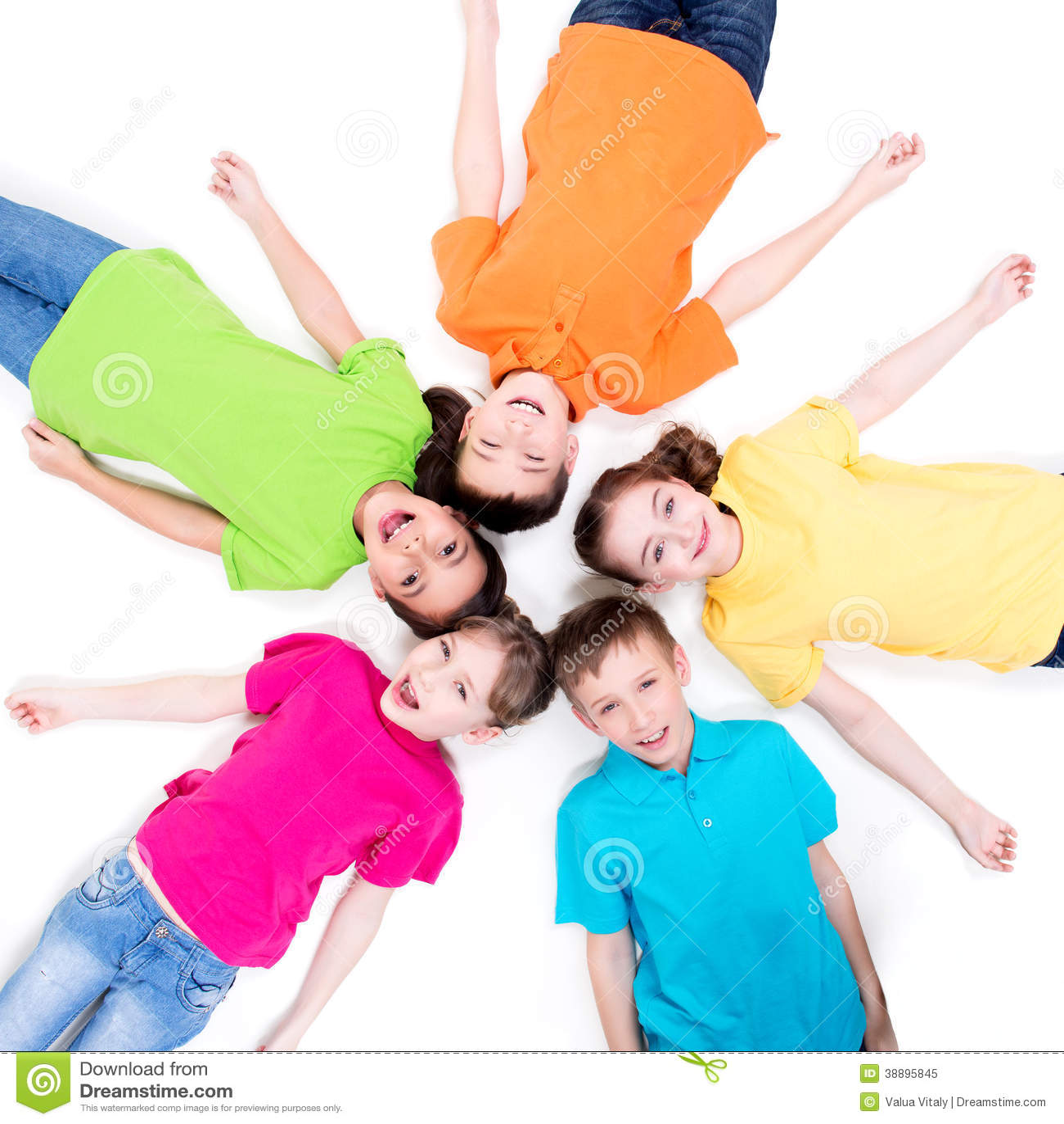 Cinq enfants de sourire se trouvant sur le plancher.