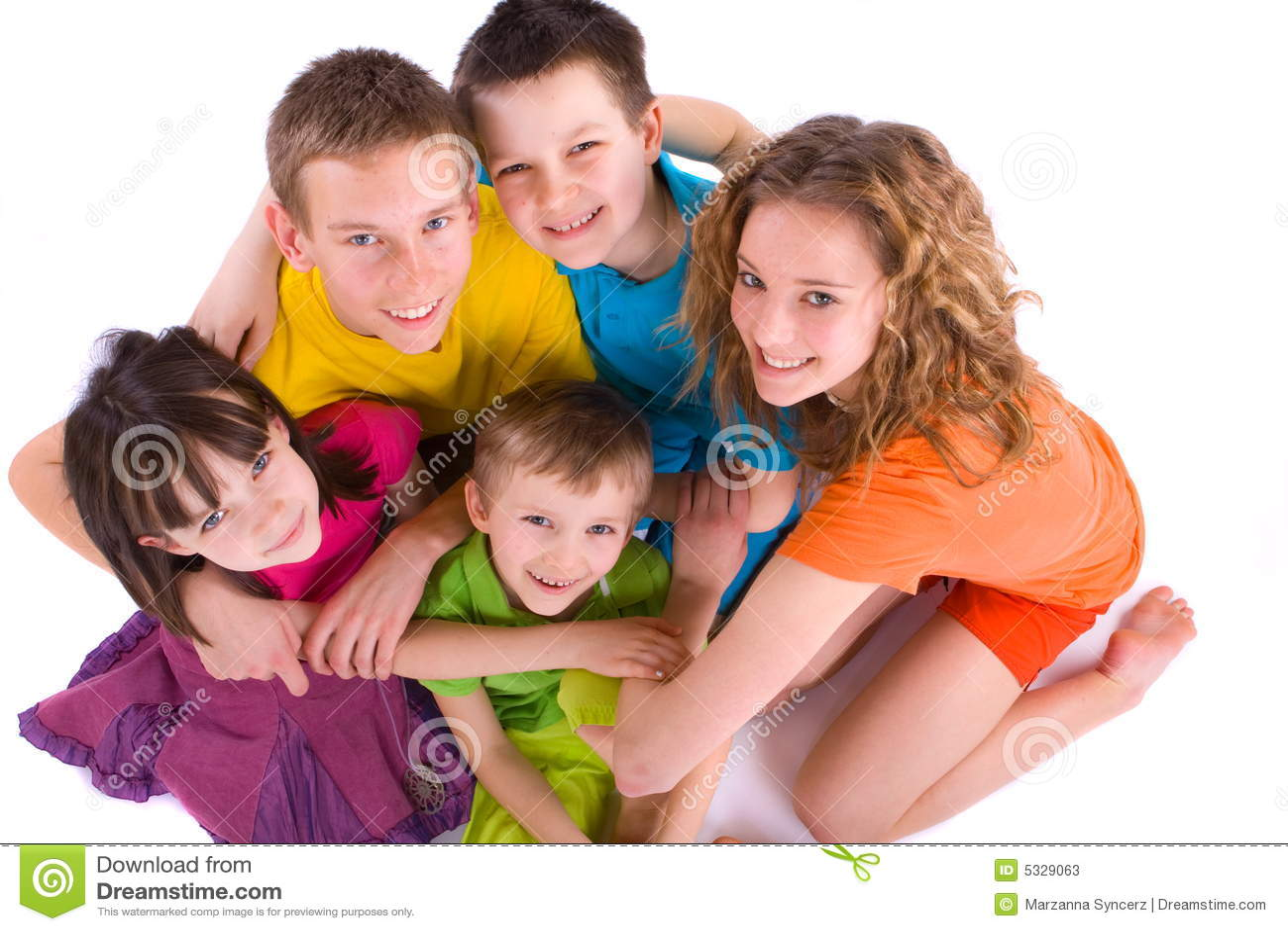 Cinq enfants heureux