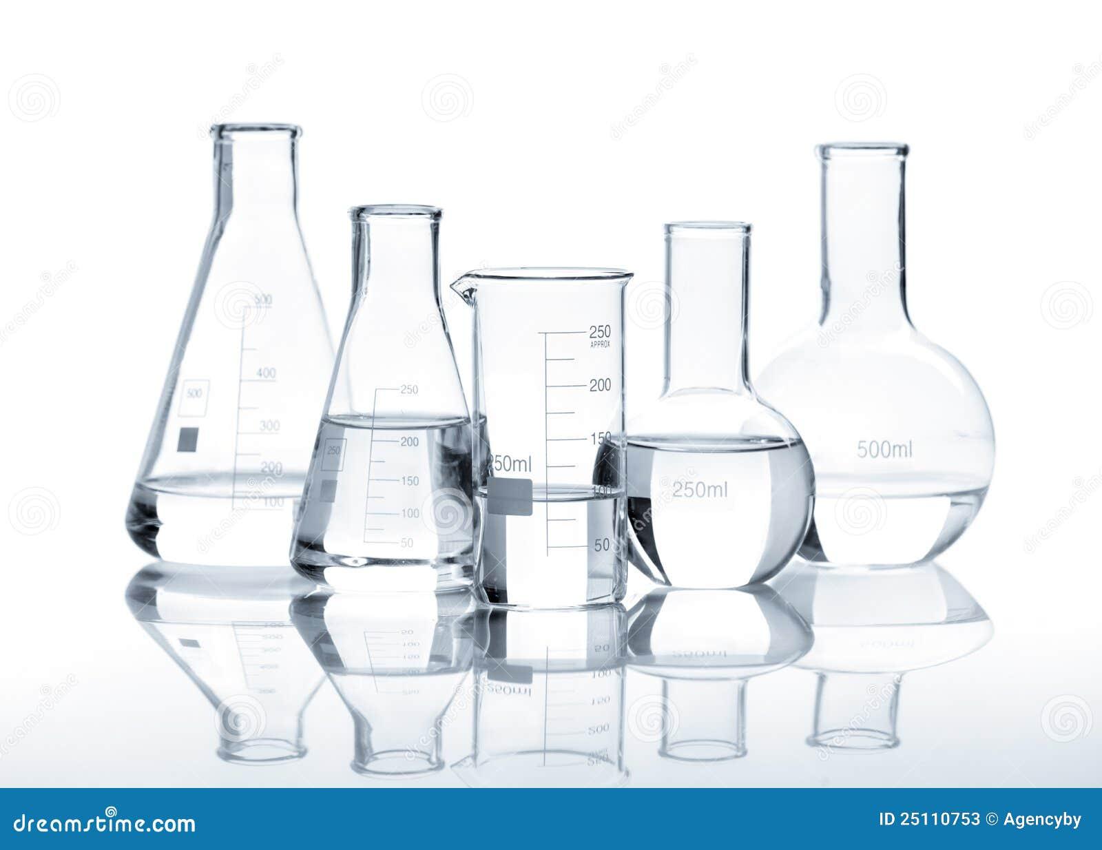 Cinq flacons en verre avec un liquide clair