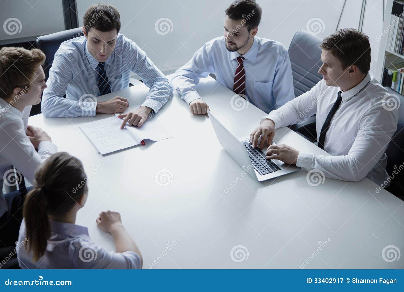 Cinq gens d affaires ayant une réunion d affaires à la table dans le bureau