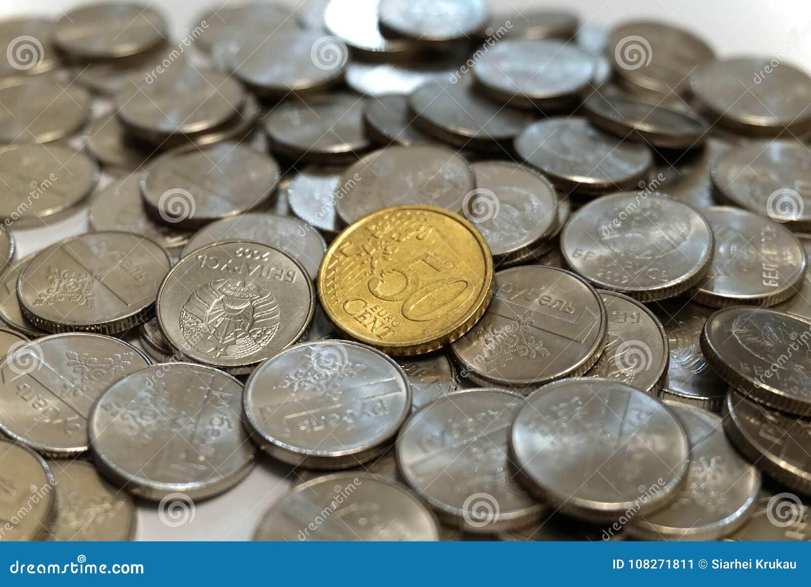 Cinquante euro cents inventent sur une pile des roubles