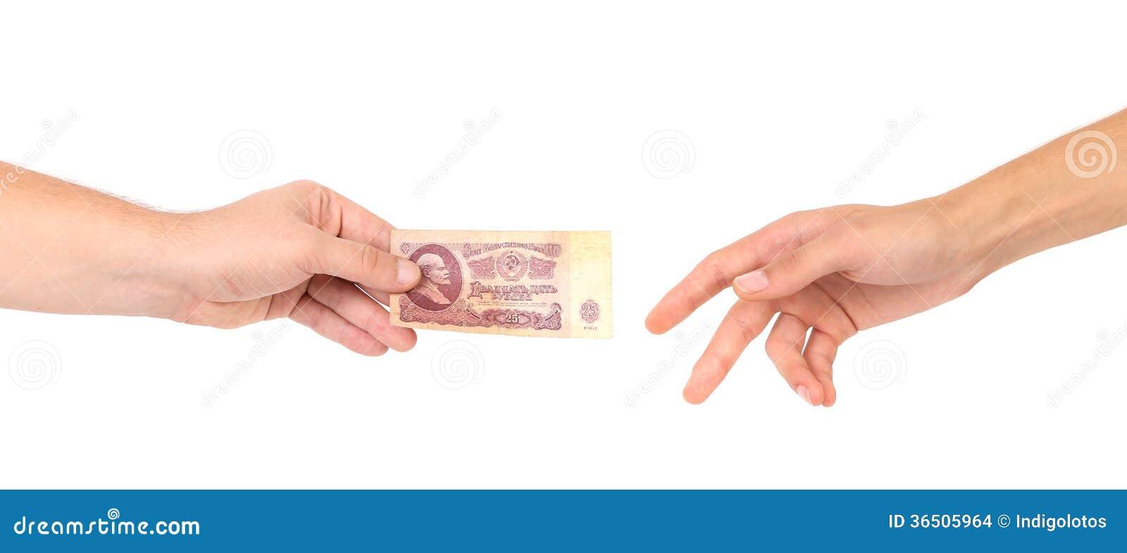 Cinquante roubles dans des mains.